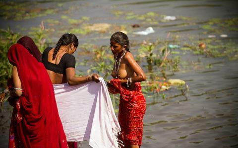【エロ画像】おっぱい丸出しで水浴びするインドの神大河wwwwwwww・5枚目