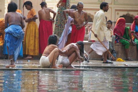 【エロ画像】おっぱい丸出しで水浴びするインドの神大河wwwwwwww・6枚目