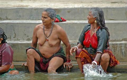 【エロ画像】おっぱい丸出しで水浴びするインドの神大河wwwwwwww・8枚目