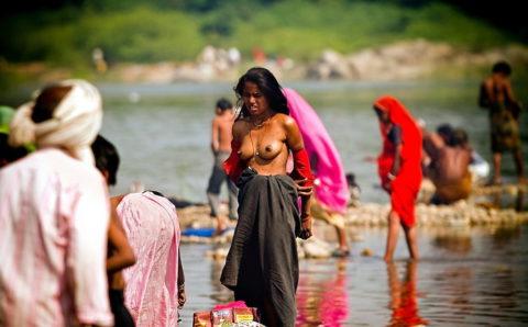 【エロ画像】おっぱい丸出しで水浴びするインドの神大河wwwwwwww・9枚目
