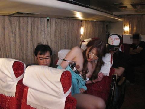【エロ画像】夜行バスで我慢できなくなったバカップルの行動。。