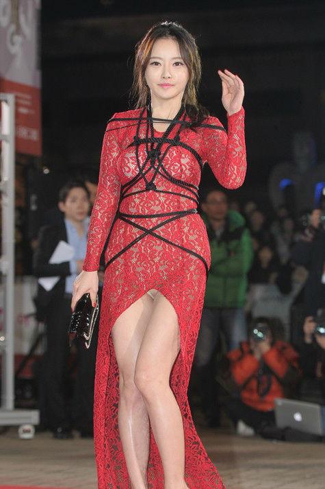 【ポロリ】レッドカーペットでチラチラ見せる有名女優の手口がこちら。(29枚)・1枚目