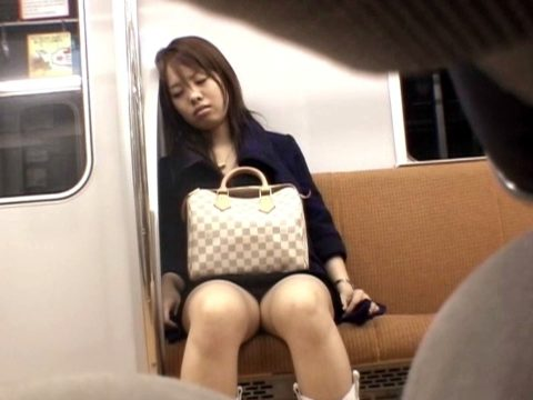 【パンチラ盗撮】電車で居眠りしてる女さん、がっつりパンツを撮られる(22枚)・1枚目