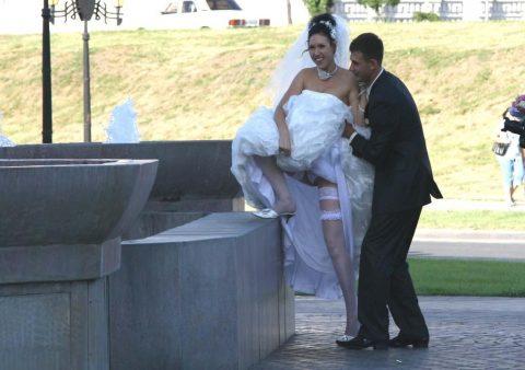 【エロ画像】ウエディングドレスの花嫁にありがちなハプニングwwwwww・1枚目