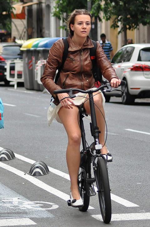 ミニスカ女子さん自転車で疾走してる光景を撮影されパンチラ見放題wwwww・10枚目