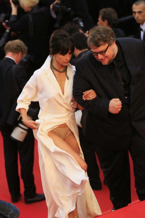 【ポロリ】レッドカーペットでチラチラ見せる有名女優の手口がこちら。(29枚)・10枚目