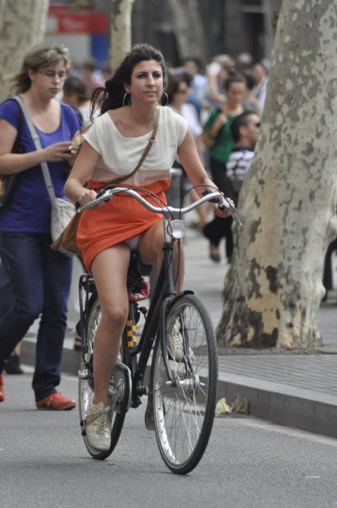 ミニスカ女子さん自転車で疾走してる光景を撮影されパンチラ見放題wwwww・11枚目