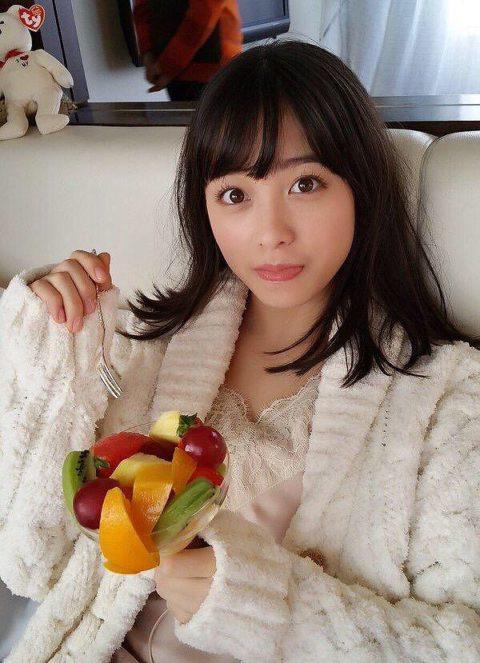 【AV女優】SEXヤリ終わって撮影休憩中の女さん。余裕やねんなぁwwww・11枚目