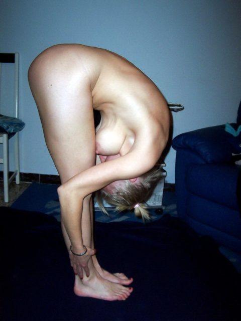 【エロ画像】軟体自慢の海外の素人まんさん全裸で柔軟してる・・・・11枚目