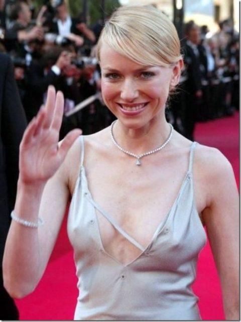 ハリウッド女優がノーブラで人前に出た結果。イイおっぱいやぁwwww(エロ画像)・11枚目