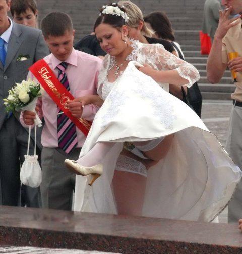 【エロ画像】ウエディングドレスの花嫁にありがちなハプニングwwwwww・12枚目
