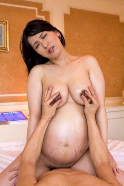 【ボテ腹】妊婦の女を騎乗位で奥まで突き上げる行為…大丈夫なん??・14枚目