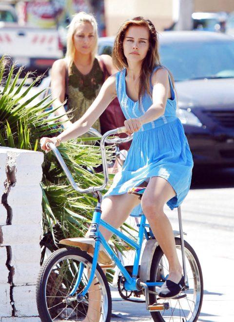 ミニスカ女子さん自転車で疾走してる光景を撮影されパンチラ見放題wwwww・14枚目