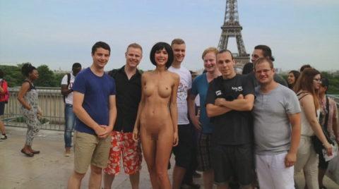 露出狂まんさん、観光客と記念撮影するサービスを行ってるらしいwwwww(エロ画像)・14枚目