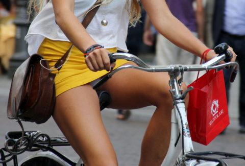 ミニスカ女子さん自転車で疾走してる光景を撮影されパンチラ見放題wwwww・15枚目