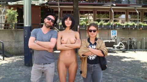 露出狂まんさん、観光客と記念撮影するサービスを行ってるらしいwwwww(エロ画像)・15枚目