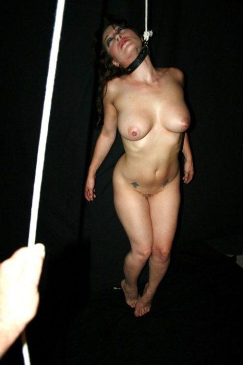 「これは調教なのです」と首を吊るされてしまった女さん・・・・(エロGIF)・15枚目