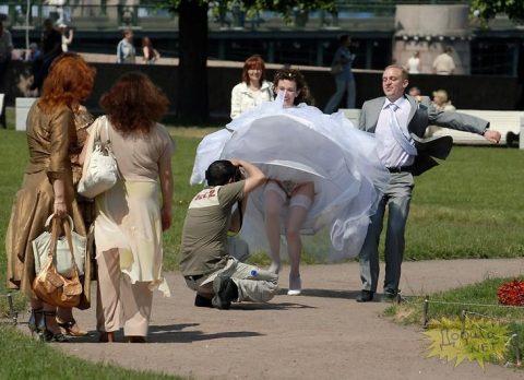 【エロ画像】ウエディングドレスの花嫁にありがちなハプニングwwwwww・16枚目