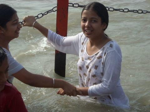 【エロ画像】おっぱい丸出しで水浴びするインドの神大河wwwwwwww・16枚目