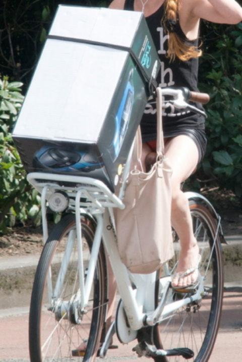 ミニスカ女子さん自転車で疾走してる光景を撮影されパンチラ見放題wwwww・17枚目