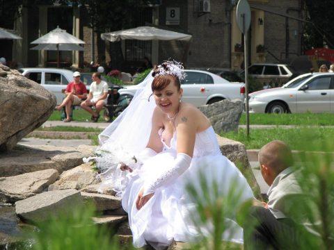 【エロ画像】ウエディングドレスの花嫁にありがちなハプニングwwwwww・17枚目