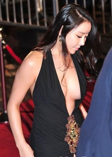 【ポロリ】レッドカーペットでチラチラ見せる有名女優の手口がこちら。(29枚)・17枚目