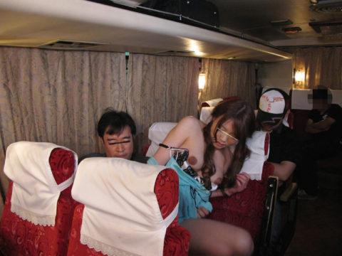 【エロ画像】夜行バスで我慢できなくなったバカップルの行動。。・17枚目