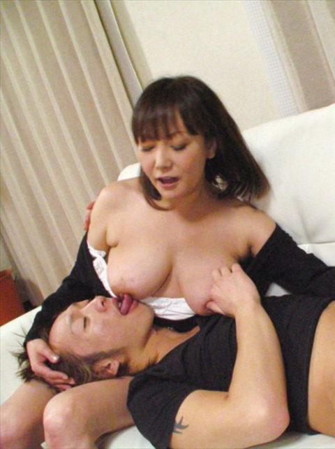 母乳まんさん、男に赤ちゃんみたくおっぱいを吸わせるエロ画像wwwwww・16枚目