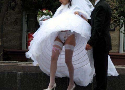 【エロ画像】ウエディングドレスの花嫁にありがちなハプニングwwwwww・18枚目