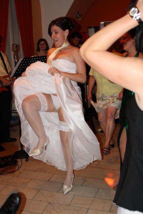 【エロ画像】ウエディングドレスの花嫁にありがちなハプニングwwwwww・19枚目