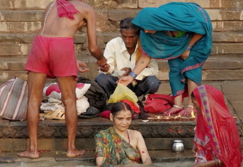 【エロ画像】おっぱい丸出しで水浴びするインドの神大河wwwwwwww・18枚目