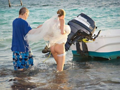 【エロ画像】ウエディングドレスの花嫁にありがちなハプニングwwwwww・2枚目