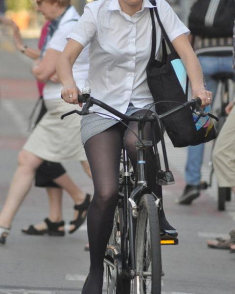 ミニスカ女子さん自転車で疾走してる光景を撮影されパンチラ見放題wwwww・20枚目