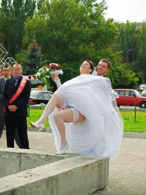 【エロ画像】ウエディングドレスの花嫁にありがちなハプニングwwwwww・20枚目
