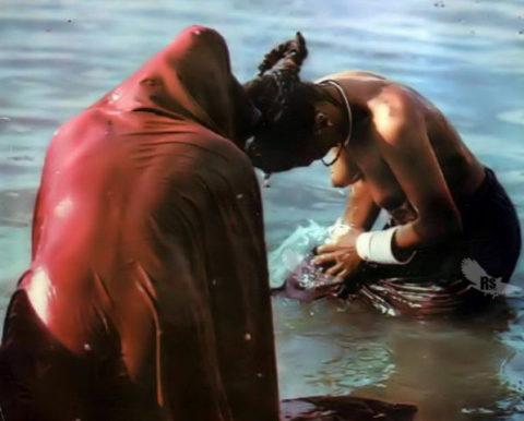 【エロ画像】おっぱい丸出しで水浴びするインドの神大河wwwwwwww・20枚目