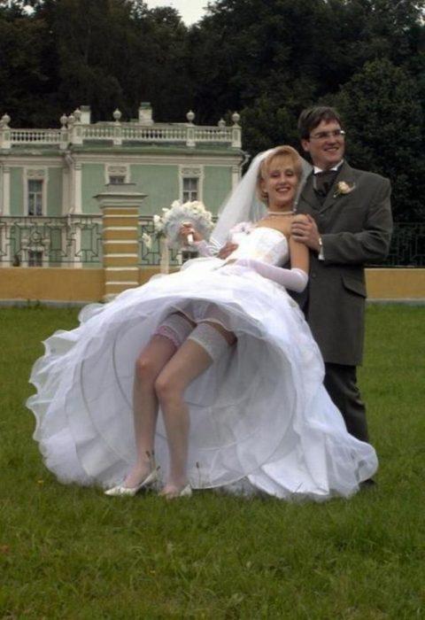 【エロ画像】ウエディングドレスの花嫁にありがちなハプニングwwwwww・21枚目