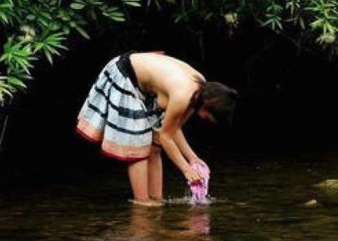 中国の少数民族の女さんの日常生活がエロいと話題に。(27枚)・20枚目