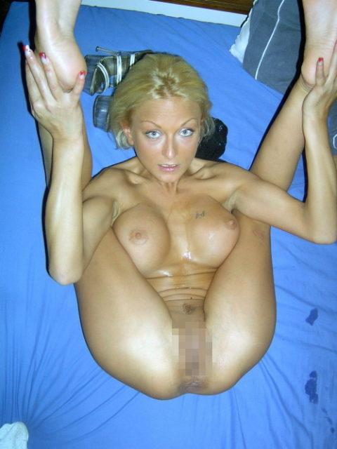 【エロ画像】軟体自慢の海外の素人まんさん全裸で柔軟してる・・・・21枚目