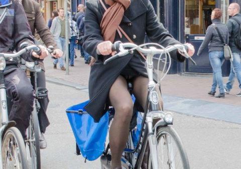 ミニスカ女子さん自転車で疾走してる光景を撮影されパンチラ見放題wwwww・22枚目