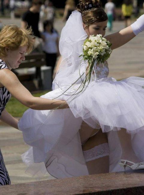 【エロ画像】ウエディングドレスの花嫁にありがちなハプニングwwwwww・22枚目