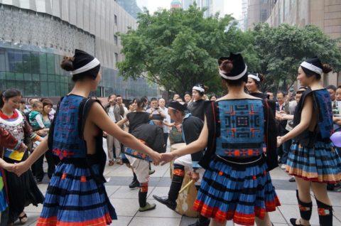中国の少数民族の女さんの日常生活がエロいと話題に。(27枚)・21枚目