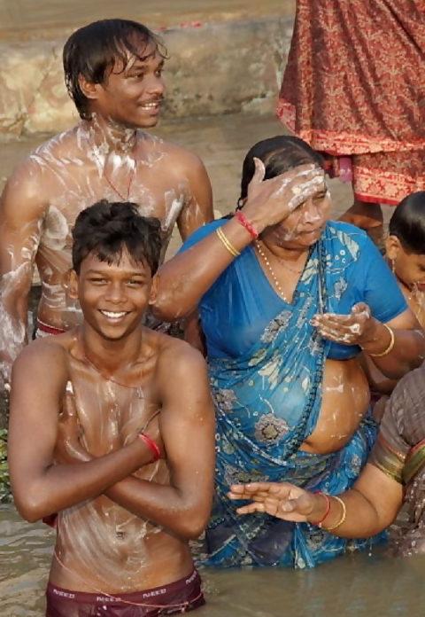 【エロ画像】おっぱい丸出しで水浴びするインドの神大河wwwwwwww・21枚目