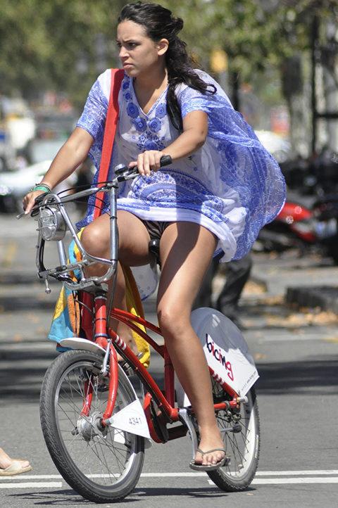 ミニスカ女子さん自転車で疾走してる光景を撮影されパンチラ見放題wwwww・23枚目