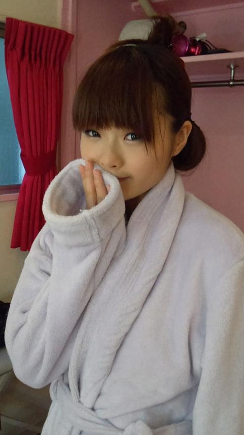 【AV女優】SEXヤリ終わって撮影休憩中の女さん。余裕やねんなぁwwww・23枚目