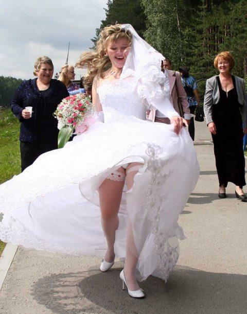 【エロ画像】ウエディングドレスの花嫁にありがちなハプニングwwwwww・23枚目
