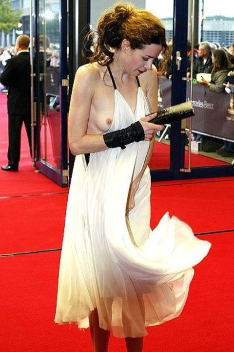 【ポロリ】レッドカーペットでチラチラ見せる有名女優の手口がこちら。(29枚)・23枚目