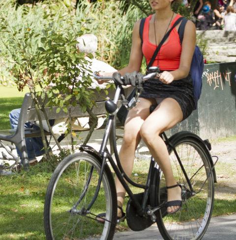 ミニスカ女子さん自転車で疾走してる光景を撮影されパンチラ見放題wwwww・24枚目