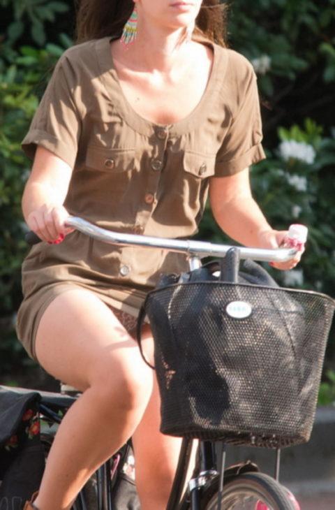 ミニスカ女子さん自転車で疾走してる光景を撮影されパンチラ見放題wwwww・25枚目