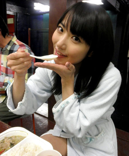 【AV女優】SEXヤリ終わって撮影休憩中の女さん。余裕やねんなぁwwww・26枚目