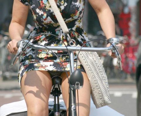 ミニスカ女子さん自転車で疾走してる光景を撮影されパンチラ見放題wwwww・27枚目